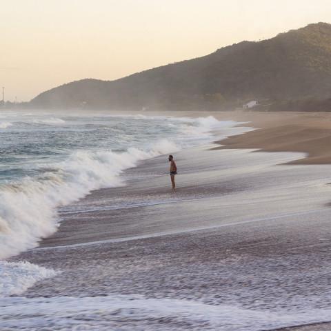 Imagem representativa: Nas areias de Floripa - Praia da Armação | Conheça Agora